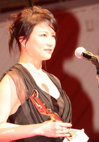 『第65回(2010年)毎日映画コンクール』の表彰式に出席した女優助演賞の夏川結衣 (C)ORICON DD inc.