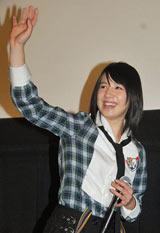 映画『ランウェイ☆ビート』の完成披露試写会の舞台あいさつで観客に笑顔を振りまく桜庭ななみ