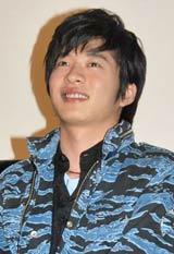 映画『ランウェイ☆ビート』の完成披露試写会の舞台あいさつに登壇した田中圭