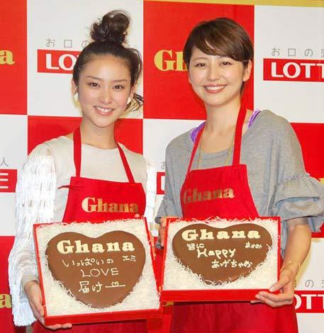 サムネイル 直筆のメッセージを書き込んだチョコレートを手に笑顔の(左から)武井咲、長澤まさみ