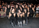 デビューシングル「Kiss Me」発売記念イベントを行ったHappiness(前列左からMIYUU、YURINO、SAYAKA、後列左からMAYU、KAREN、MIMU、KAEDE)