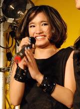 デビューシングル「Kiss Me」発売記念イベントでファンから誕生日を祝福され涙するYURINO