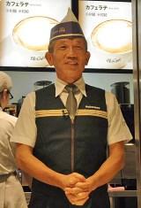 コーヒーキャンペーン企画の開始にともない、自らユニフォーム姿で接客を行う日本マクドナルド・原田泳幸社長 (C)ORICON DD inc.