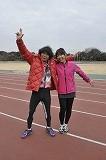 『運動オンチ芸人 ランニング部 走るのススメ!』で監督を務める間寛平(左)と高橋尚子 (c)読売テレビ
