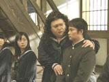 マツコ・デラックスに肩を抱かれる杉村太蔵氏/ソフトバンクモバイル新CM