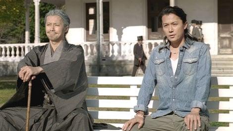 福山が70歳の老紳士と現代の自分の一人二役を演じる新CM