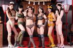 『古代少女隊ドグーンV』のセクシーなコスチュームを身につけたメンバー