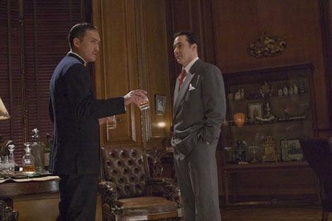 映画『シャンハイ』で米国諜報部員ポールを演じるジョン・キューザック(右)と渡辺 謙(左)