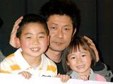 「お父さんみたいな俳優になりたい」(矢部光祐・左)、「おとしゃん、大好き」(小西舞優・右)という二人に頬ずりして喜ぶ永瀬正敏 (C)ORICON DD inc.