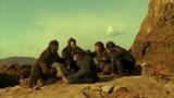 原始時代の猿に扮した成宮寛貴とマキシマム  ザ ホルモン