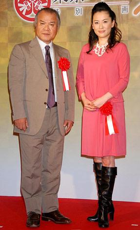 東京タワーで開催する「江」展オープニングセレモニーに出席した(左から)大地康雄、鈴木砂羽 (C)ORICON DD inc.
