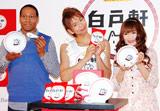 『白戸軒』ラーメンプレゼントキャンペーン記念イベントに出席した(左から)ダンテ・カーヴァー、楽しんご、ギャル曽根