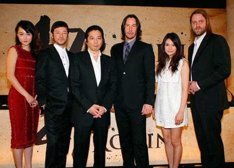 ハリウッドの超大作『47 RONIN』の製作発表記者会見に出席した(左から)菊地凛子、浅野忠信、真田広之、主演のキアヌ・リーブス、柴咲コウ、監督のカール・リンシュ