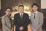 音楽ビデオに初出演したインパルス・堤下敦(中央)と男性ボーカルユニット・C&K