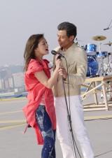 『キリン 本格<辛口麦>』のCMに出演する舘ひろしと伴都美子
