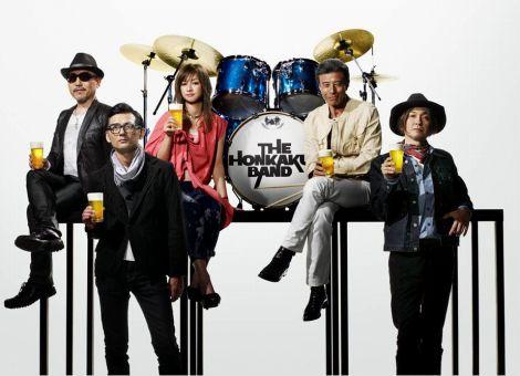 ビールを片手にたたずむ「本格バンド」のメンバー