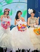 ウエディングドレスで3ショット! (左から)佐々木希、吉高由里子、ビビアン・スー