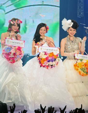 サムネイル ウエディングドレスで3ショット! (左から)佐々木希、吉高由里子、ビビアン・スー