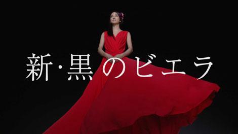 赤いドレスに身を包む