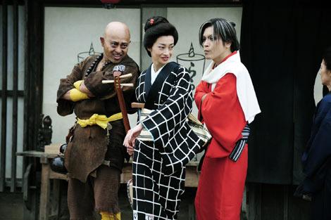 女賞金稼ぎ・お竜役で出演するりょう(中央)、右は、二丁短銃のパキュン役のROLLY、左は骨殺師ゴリゴリ役の腹筋善之助 (C)2011「さや侍」製作委員会