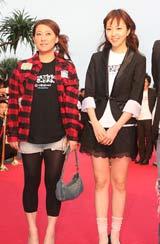 『第3回沖縄国際映画祭』のレッドカーペットセレモニーに登場した『謝謝OSAKA』のキャストたち(左から友近、木南晴夏) (C)ORICON DD inc.