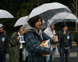 雨天のなか募金を呼びかけるふかわと後輩芸人たち