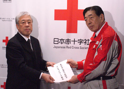 赤十字社に義援金を届けたフジテレビ・豊田皓社長(左)