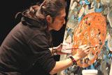チャリティーコンサートで即興絵画を披露する石井竜也