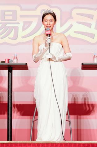 サムネイル 映画『阪急電車 片道15分の奇跡』劇中衣装の純白のドレスで登壇した中谷美紀