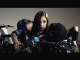 ミュージックビデオでセクシーなボディスーツ姿を披露する黒木メイサ
