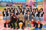 新番組『どっキング48』初回収録後の会見に出席したNMB48のteam Nと、ケンドーコバヤシ、陣内智則、たむらけんじ