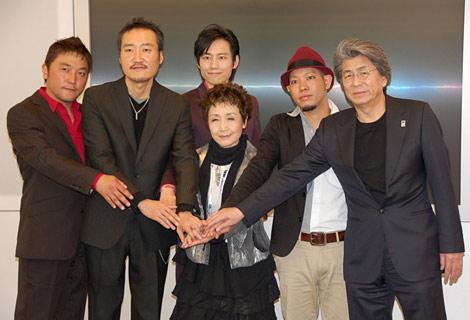 加藤登紀子主催のチャリティーコンサート発表会見に出席したKOBUDO-古武道-(左3人)、加藤登紀子(中央)、かりゆし58・前川真悟、鳥越俊太郎(右端) (C)ORICON DD inc.