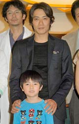 連続ドラマ『グッドライフ』の制作発表会に出席した反町隆史と子役の加部亜門