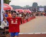 猫ひろしが3位入賞を果たした「アンコールワット国際マラソン大会」男子21kmハーフマラソンゴールの瞬間