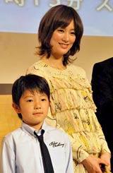 水川あさみ(右)と子役の山崎竜太郎