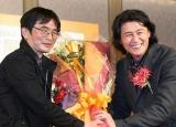 2011年本屋大賞は 『謎解きはディナーのあとで』(小学館) 、昨年受賞者の冲方丁氏(右)から花束を受け取った東川篤哉氏 (C)ORICON DD inc.
