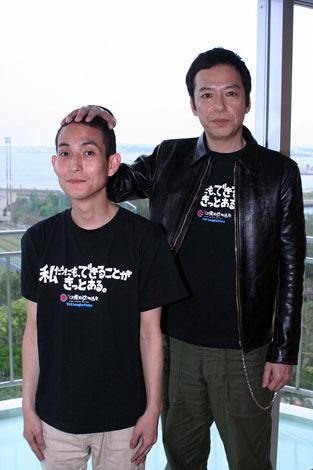 沖縄でインタビューに応じた板尾創路監督と矢部太郎(カラテカ) (C)ORICON DD inc.