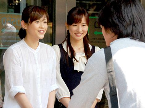 表参道ヒルズで募金活動を行った(左から)杉崎美香、皆藤愛子 (C)ORICON DD inc.