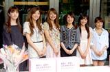 表参道ヒルズで募金活動を行った(左から)大石恵、山岸舞彩、八田亜矢子、小林麻耶、松本あゆ美、美馬怜子