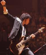 東日本大震災の影響で中断していた全国ツアーを、三重県営サンアリーナ公演より約1ヶ月ぶりに再開した福山雅治