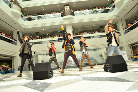 大国男児(左からミカ、ジェイ、カラム、ヒョンミン、インジュン)