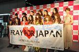 神戸コレクションに参加したモデルと共に記者会見に臨んだ