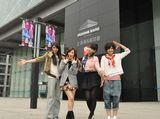 会場の上海浦東展覧館前で(左から秋元、梅田、増田、宮澤)