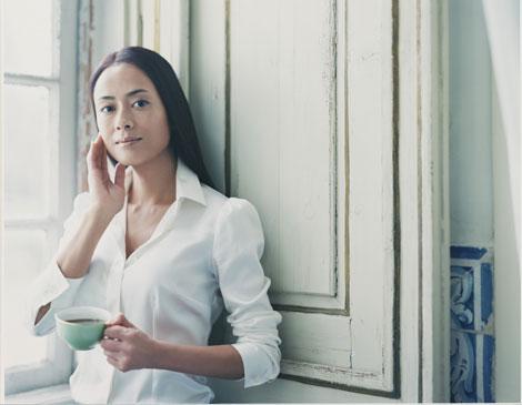 窓辺でコーヒーを楽しむ後藤