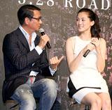 映画『プリンセス トヨトミ』の完成披露会見で中井貴一と談笑する綾瀬はるか