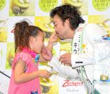 『2011 初摘みニュージーランド産キウイ試食会』で互いにキウイを食べさせあうパパイヤ鈴木&彩花(さやか)ちゃん