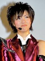 AKB48の派生ユニット・DiVAのお披露目イベントで秋元康からのメッセージに涙ぐむメンバーの宮澤佐江