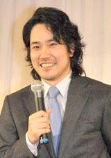 小雪との馴れ初めを聞かれ、テレ笑いを浮かべる松山ケンイチ (C)ORICON DD inc.