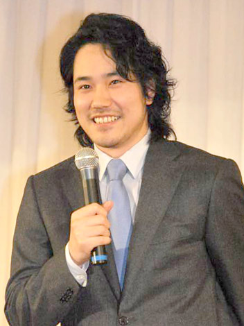 サムネイル 小雪との馴れ初めを聞かれ、テレ笑いを浮かべる松山ケンイチ