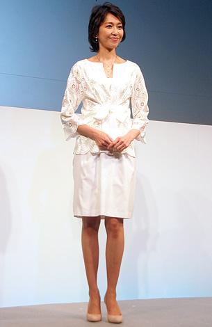 白のセットアップを着る賀来千賀子